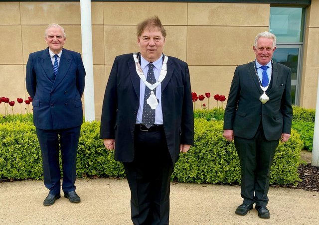 New Mayor of Melton, Councillor Peter Faulkner, flanked by outgoing Mayor, Councillor Malise Graham (left) and newly-elected Deputy Mayor, Councillor Alan Hewson EMN-210526-125500001